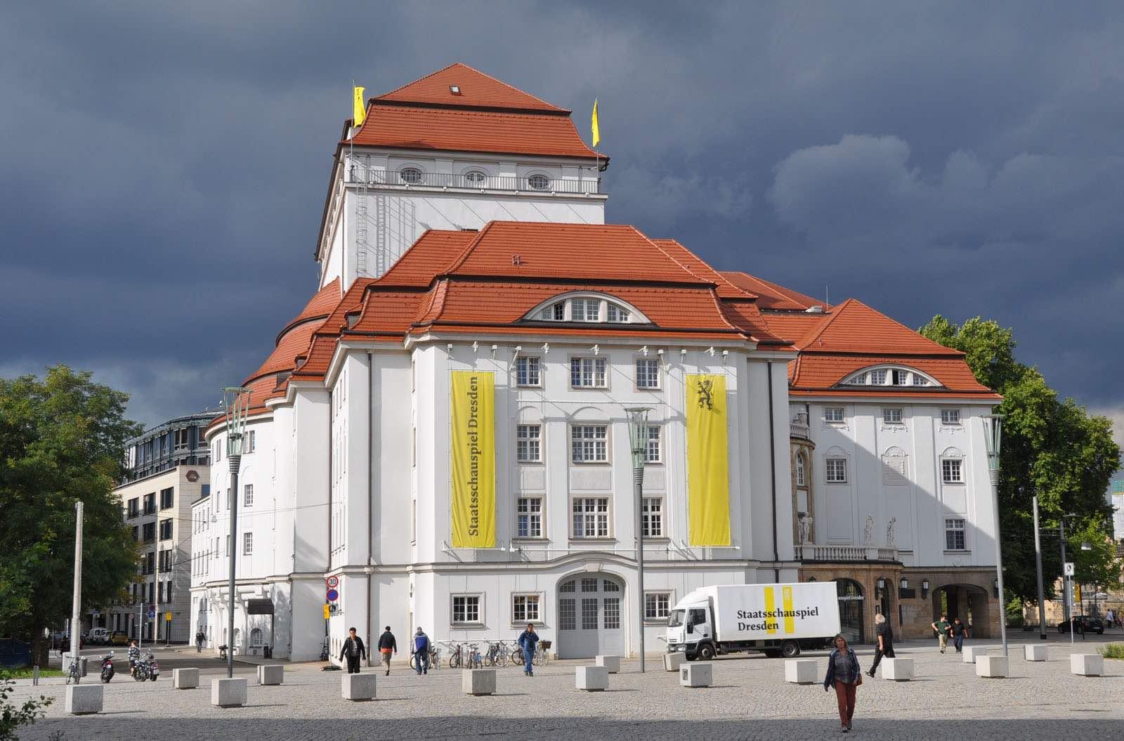 Schauspielhaus vom Postplatz Dresden aus gesehen
