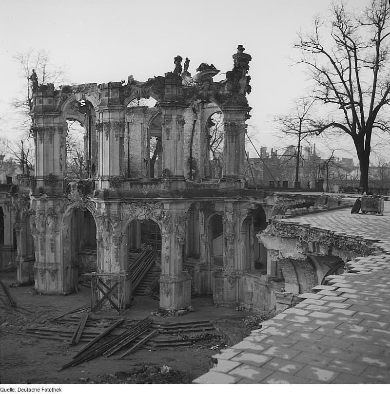 Zerstörter Wallpavillon nach der Bombardierung Dresdens 1945