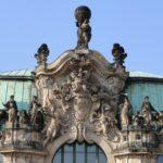 Mittelkartusche oben am Wallpavillon im Dresdner Zwinger mit Plastiken von Permoser und Heermann