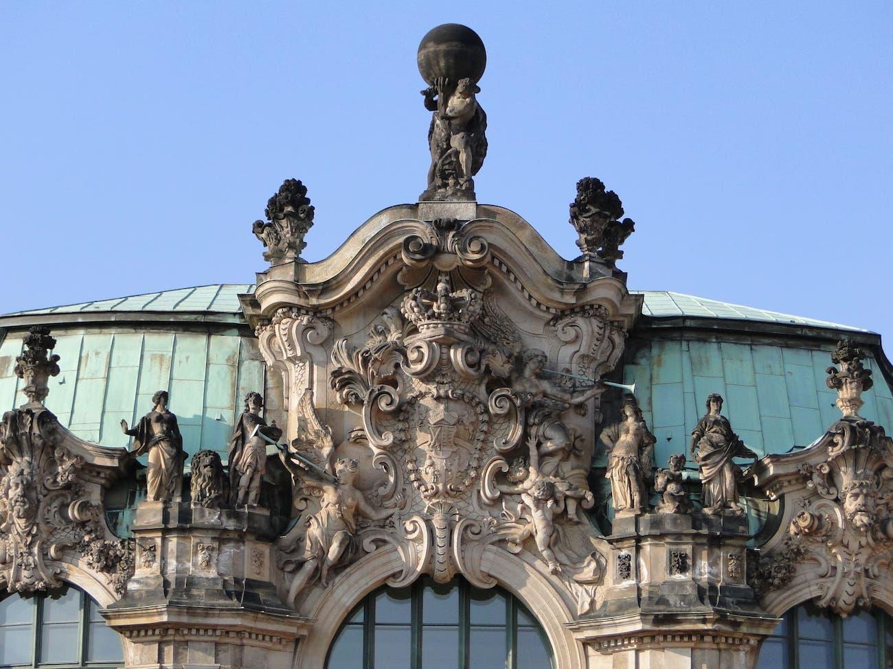 Mittelkartusche oben am Wallpavillon im Dresdner Zwinger