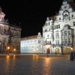 Schloßplatz Dresden bei Nacht mit Blick Richtung Fürstenzug