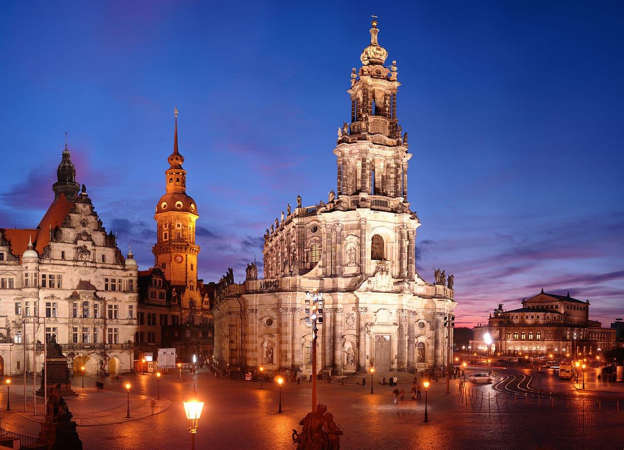Schloßplatz Dresden bei Nacht mit Blick Richtung Theaterplatz