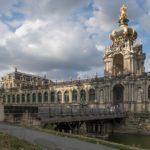 Zwinger Dresden - Kronentor und Zwingergraben gesehen von der Ostra-Allee aus