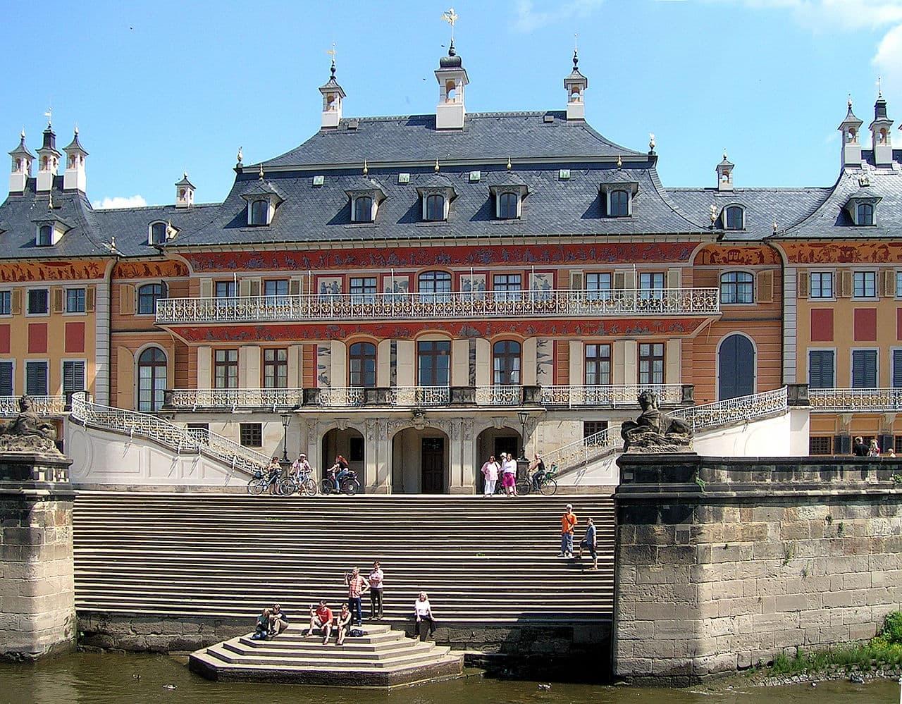 Schloss Pillnitz mit Treppe zur Elbe