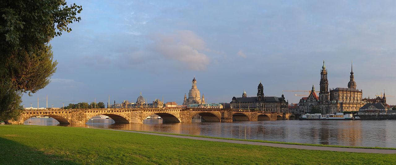 Augustusbrücke Dresden mit Canalettoblick zur Historischen Innenstadt