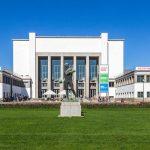 Deutsches Hygiene-Museum Dresden mit Plastik Ballwerfer
