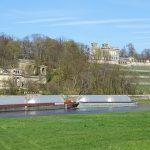 Die Elbschlösser in Dresden von der Altstädter Seite aus gesehen mit der Elbe und der GMS Andrea im Vordergrund