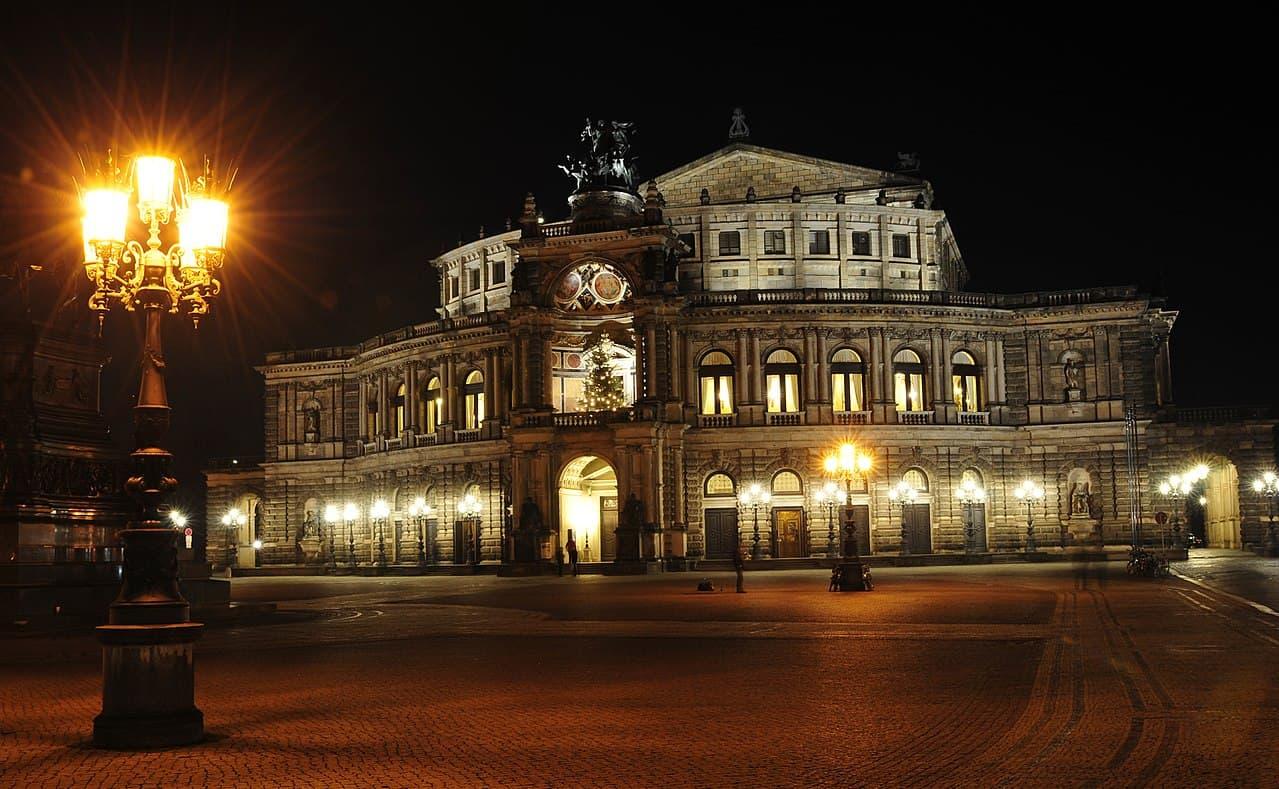 Die Semperoper am Theaterplatz bei Nacht
