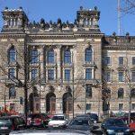Blick über den Parkplatz Schießgasse auf das Polizeipräsidium Dresden