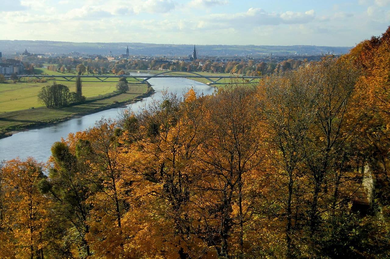 Blick vom Lingnerschloss Richtung Altstadt von Dresden - in der Bildmitte die Waldschlösschenbrücke