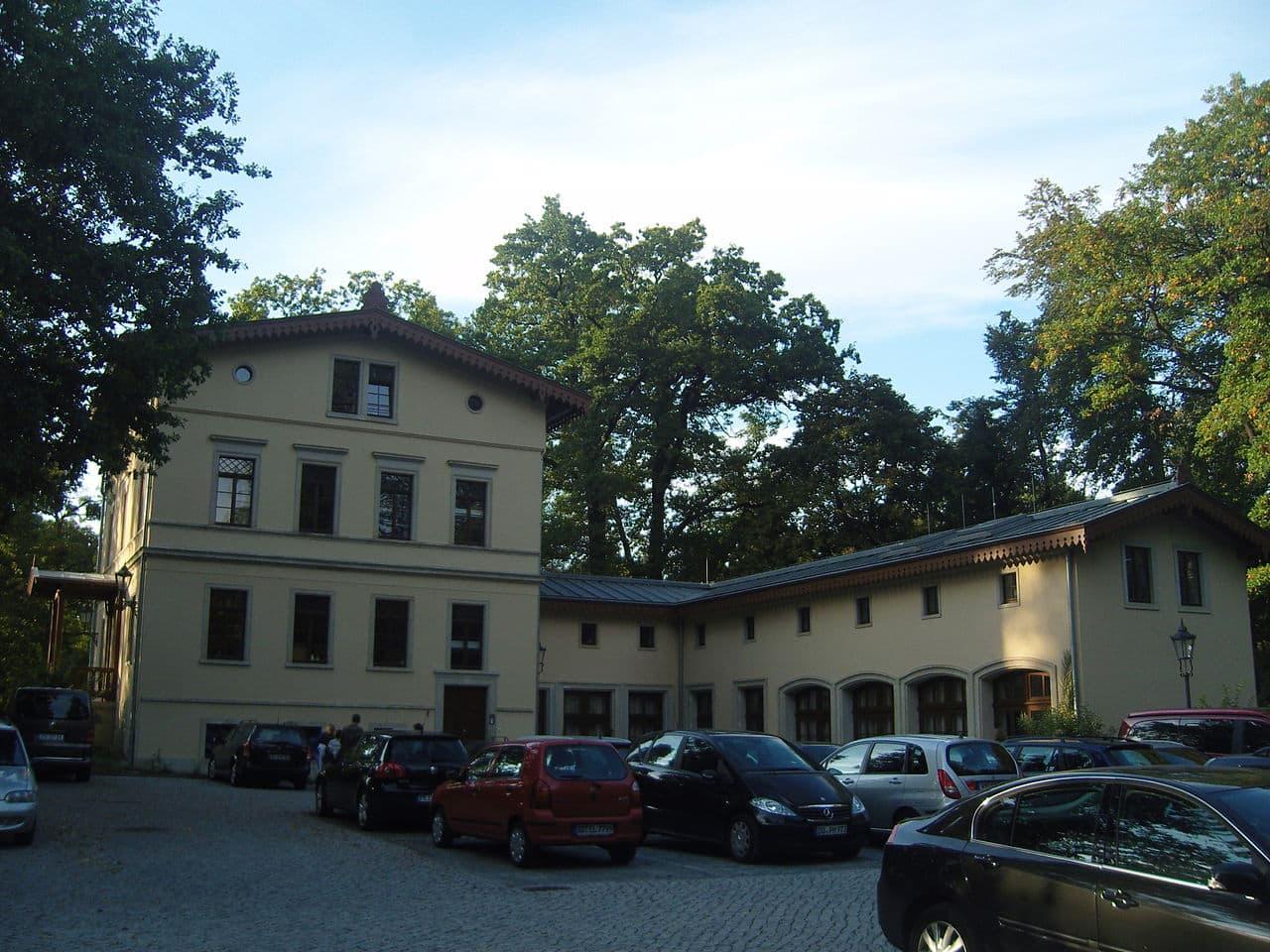 Das Schweizer Haus im Park am Lingnerschloss