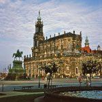 Hofkirche Dresden vom Ausgang des Zwinger bzw der Sempergalerie zum Theaterplatz aus gesehen