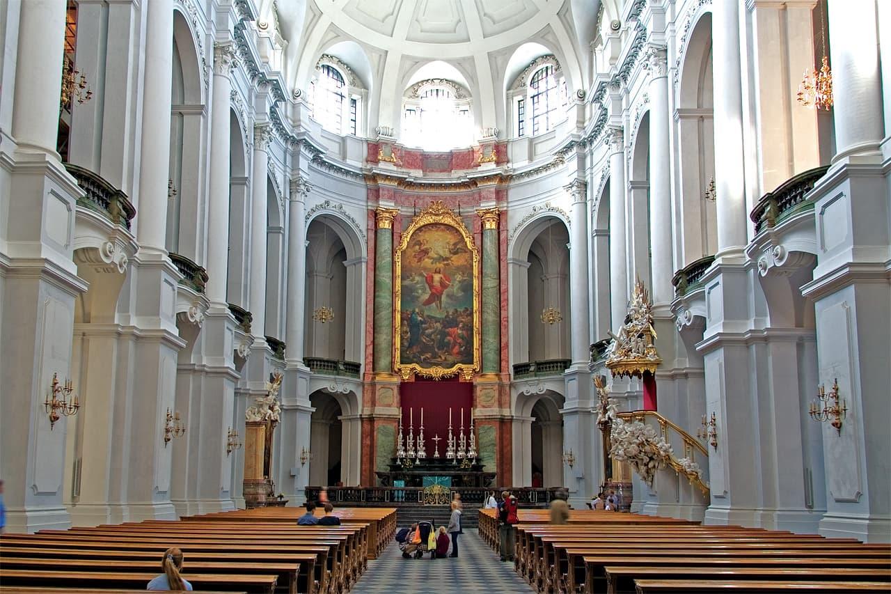 Katholische Hofkirche Dresden - Mittelschiff mit Blick zum Altar
