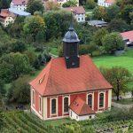 Die Pillnitzer Weinbergkirche vom Weinberg aus gesehen