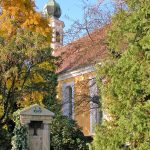 Kirche Maria am Wasser in Dresden - Blick über den Kirchhof zum Kirchgebäude