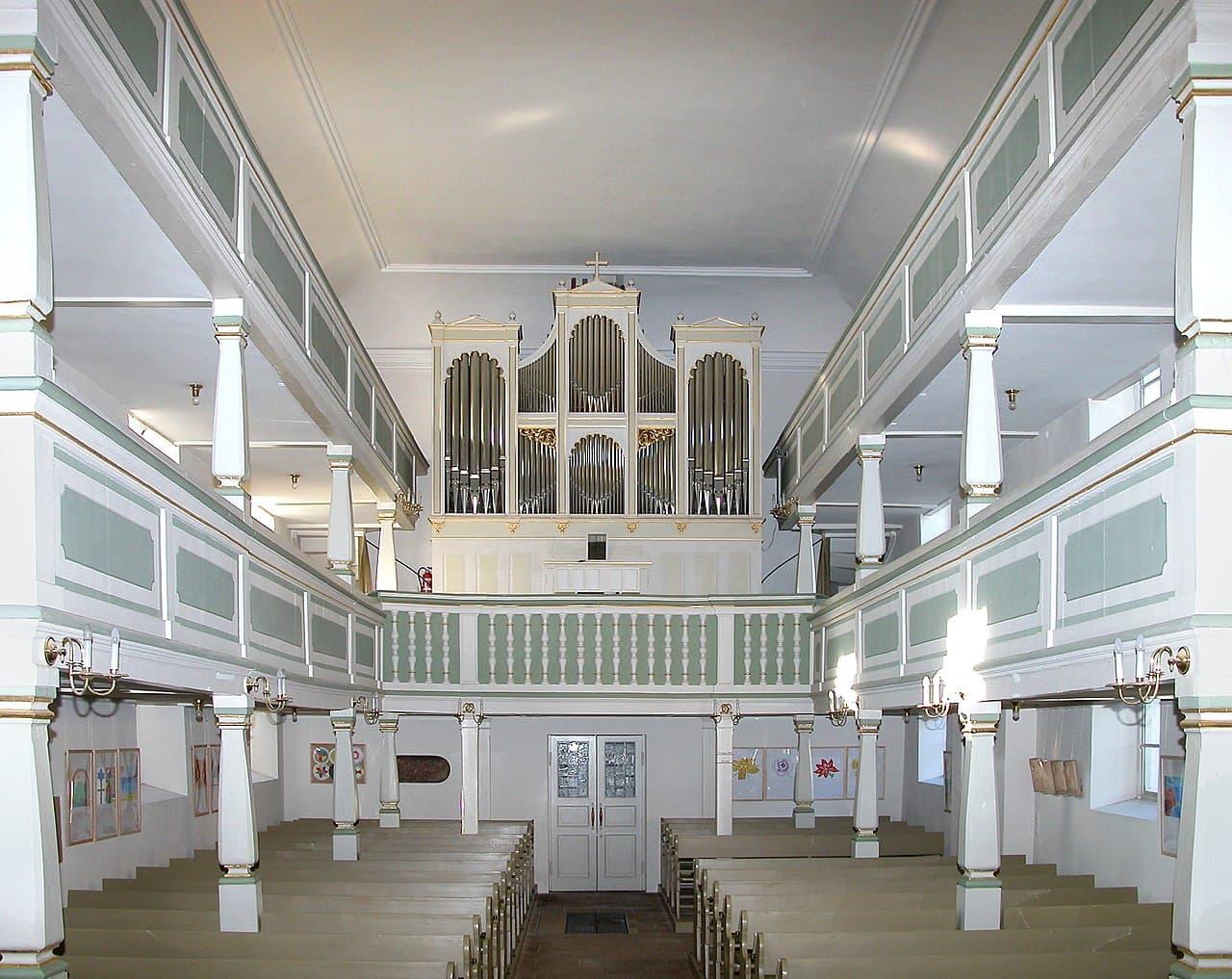 Kirche Maria am Wasser in Dresden - Innenraum mit Orgelempore