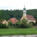 Schifferkirche Maria am Wasser in Dresden Hosterwitz von der Elbe aus gesehen