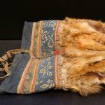 Frauenhandschuhe aus Rotfuchsfell, indigogefäbtem Baumwolltuch und Leder. Volk der Oroken, Insel Sachalin - ausgestellt im Völkerkundemuseum Dresden im Japanischen Palais