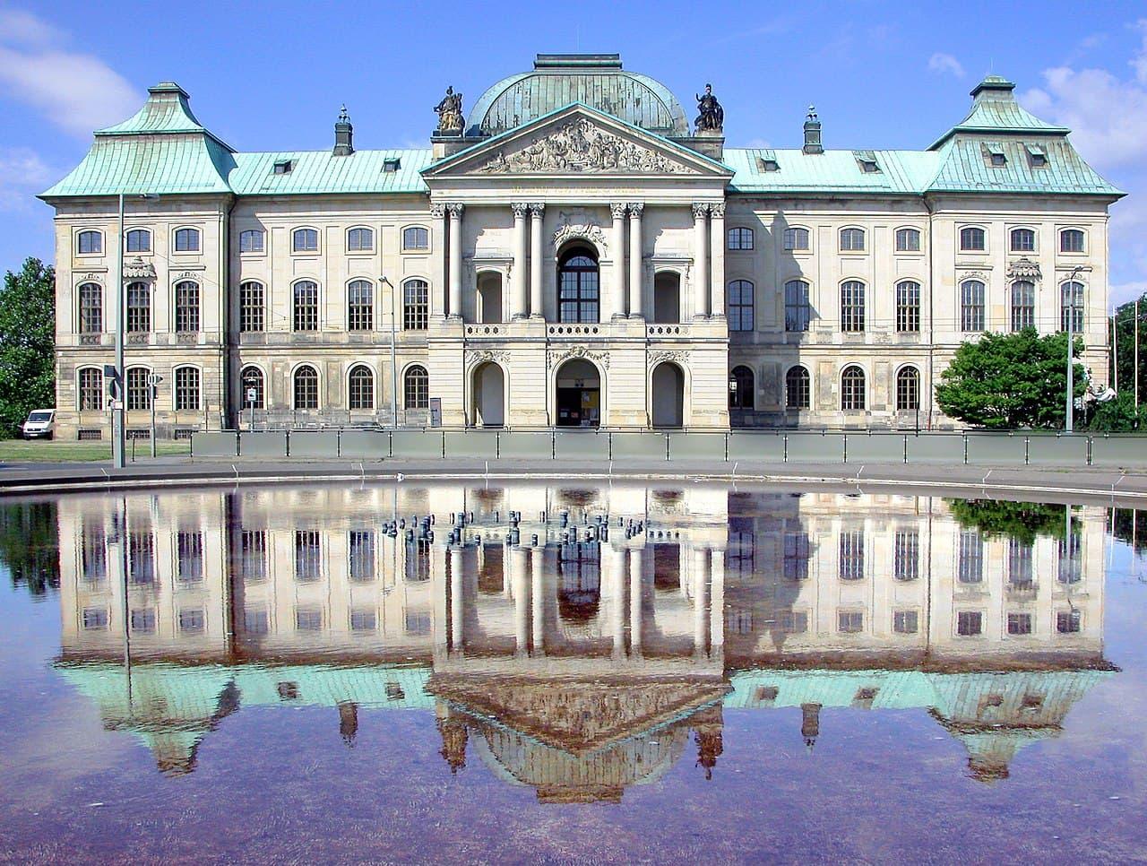 Japanisches Palais vom Palaisplatz aus gesehen ohne Fontaine