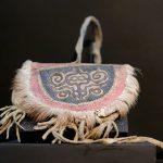 Kleine Tasche aus Ketalachshaut, Fell des Sibirischen Rehs, Leder und Baumwolltuch. Volk der Nanai im Amurbecken - Völkerkundemuseum Dresden im Japanischen Palais