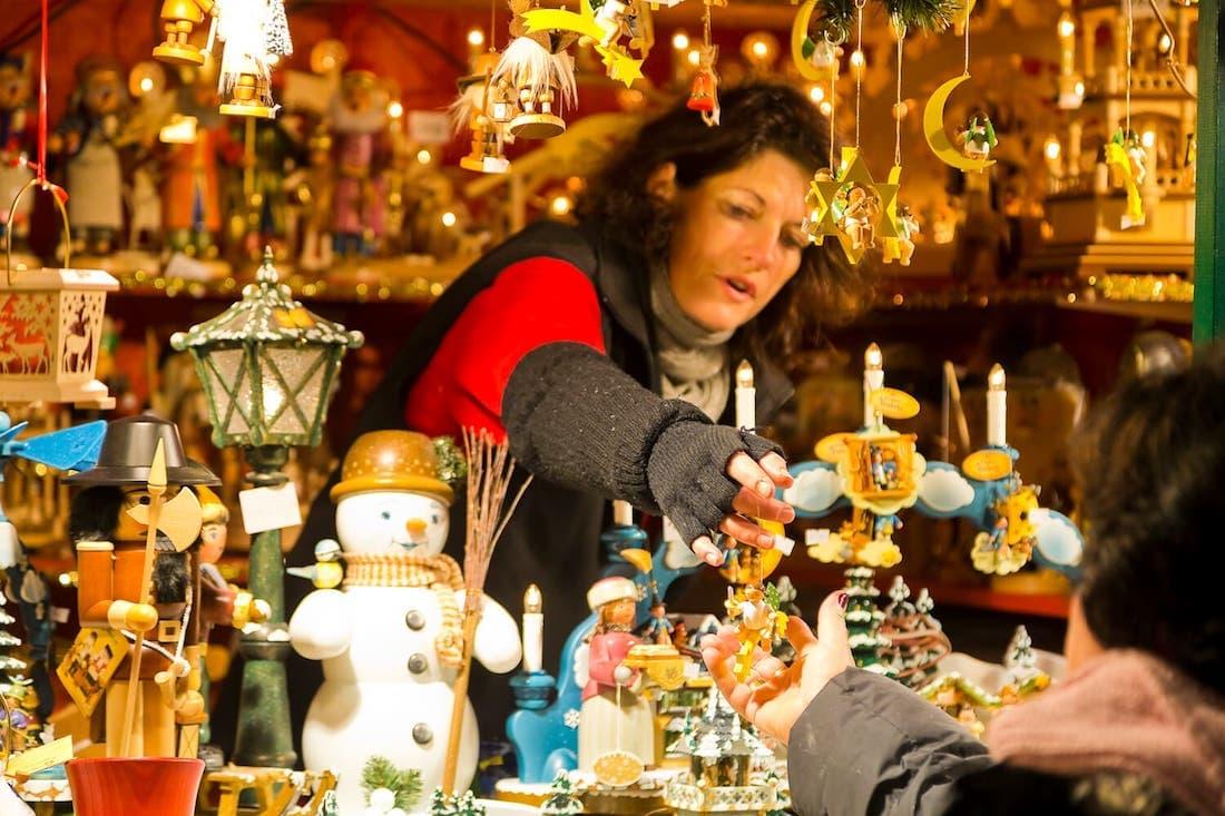 Verkauf von Volkskunst aus dem Erzgebirge auf dem Dresdner Striezelmarkt