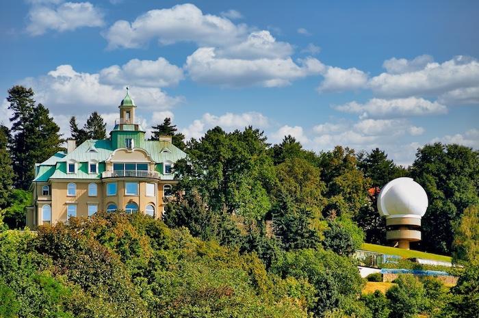 Ehemaliges von Ardenne-Forschungsinstitut mit Sternwarte von 1969