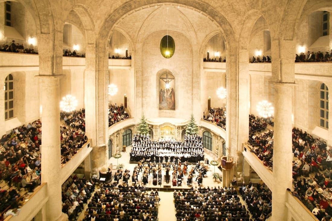 Das Innere der Kreuzkirche bei einem weihnachtlichen Konzert mit dem Kreuzchor